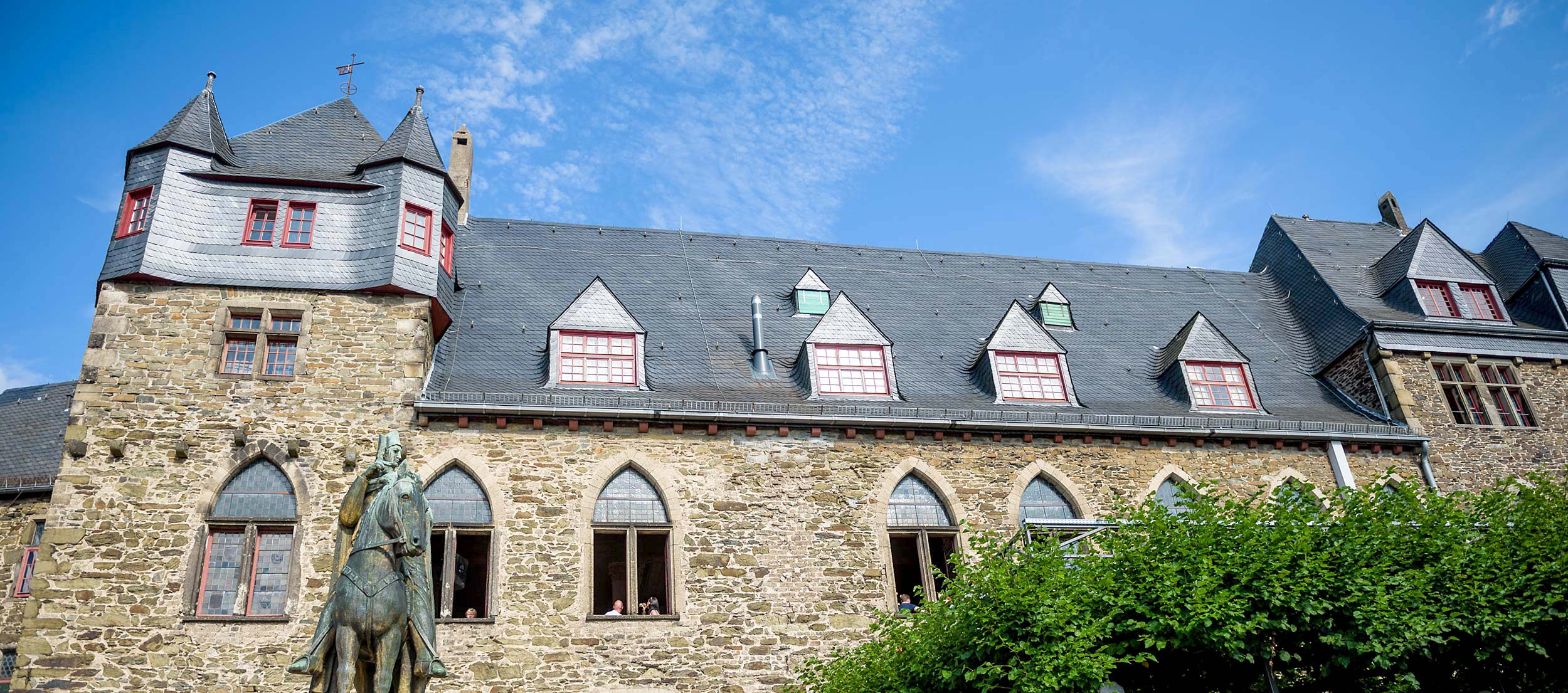 Außenansicht von Schloss Burg mit St. Engelbert im Bild.