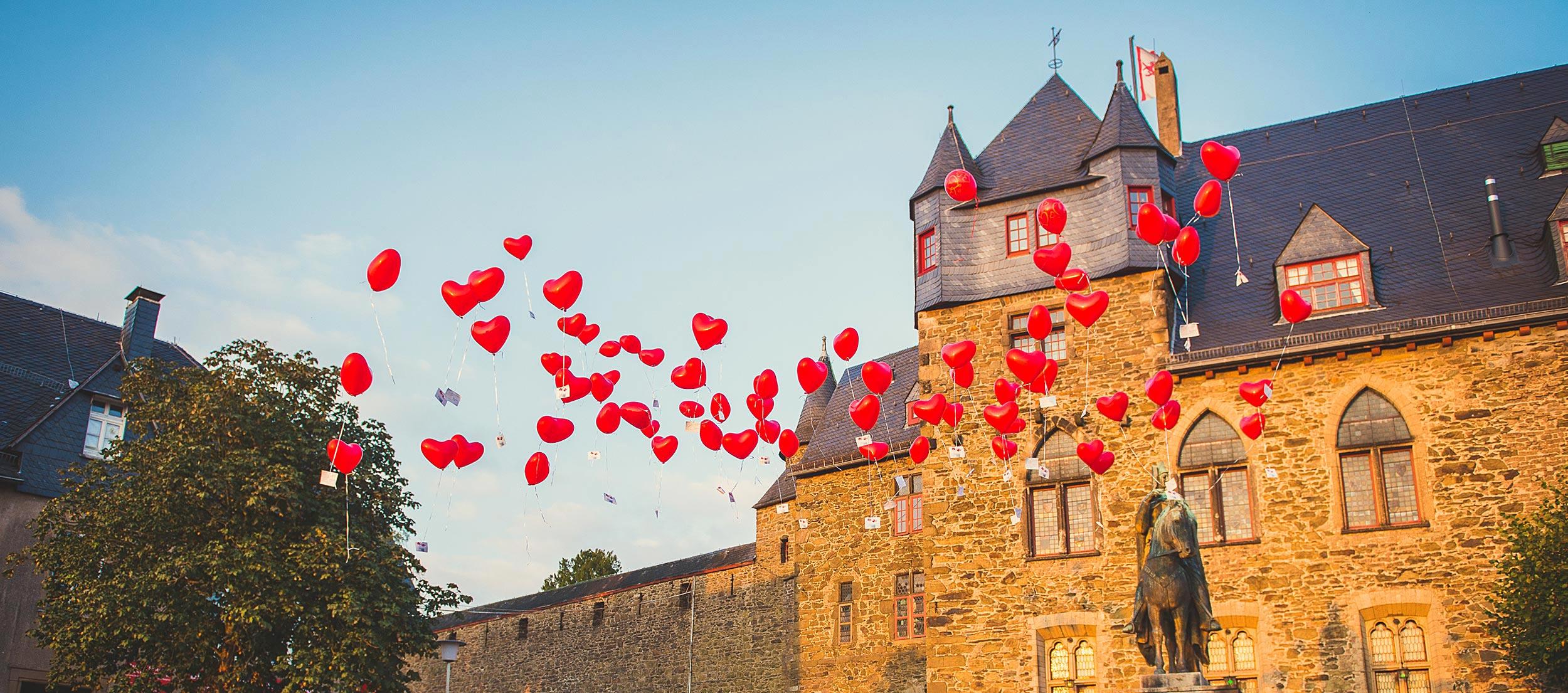 Schloss Burg Hochzeitsfeier mit Herzballons