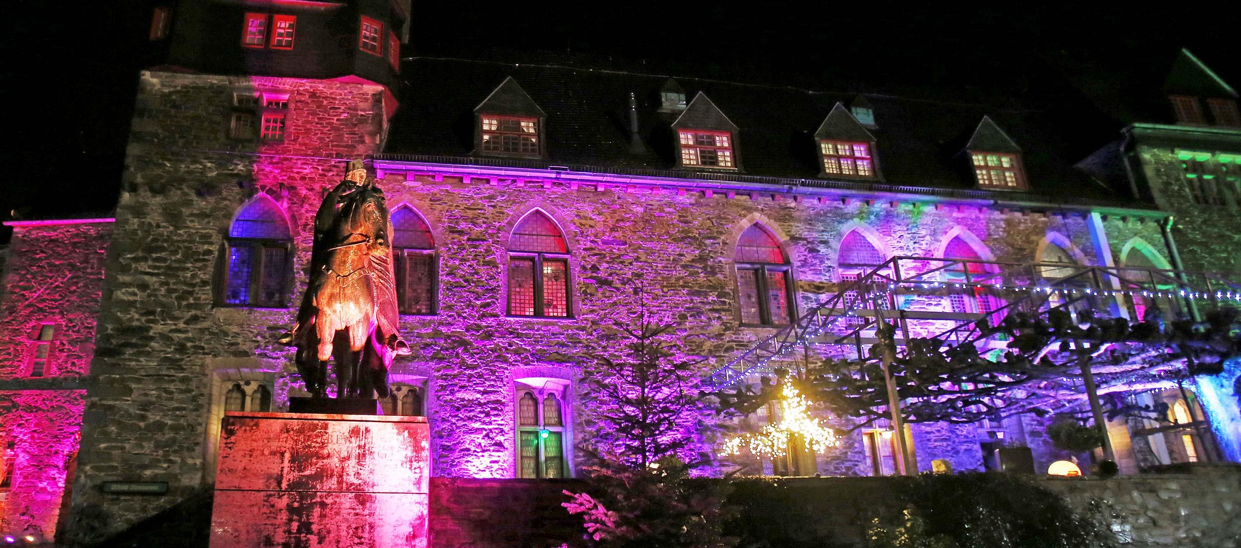 St. Engelbert vor Schloss Burg mit Partybeleuchtung.