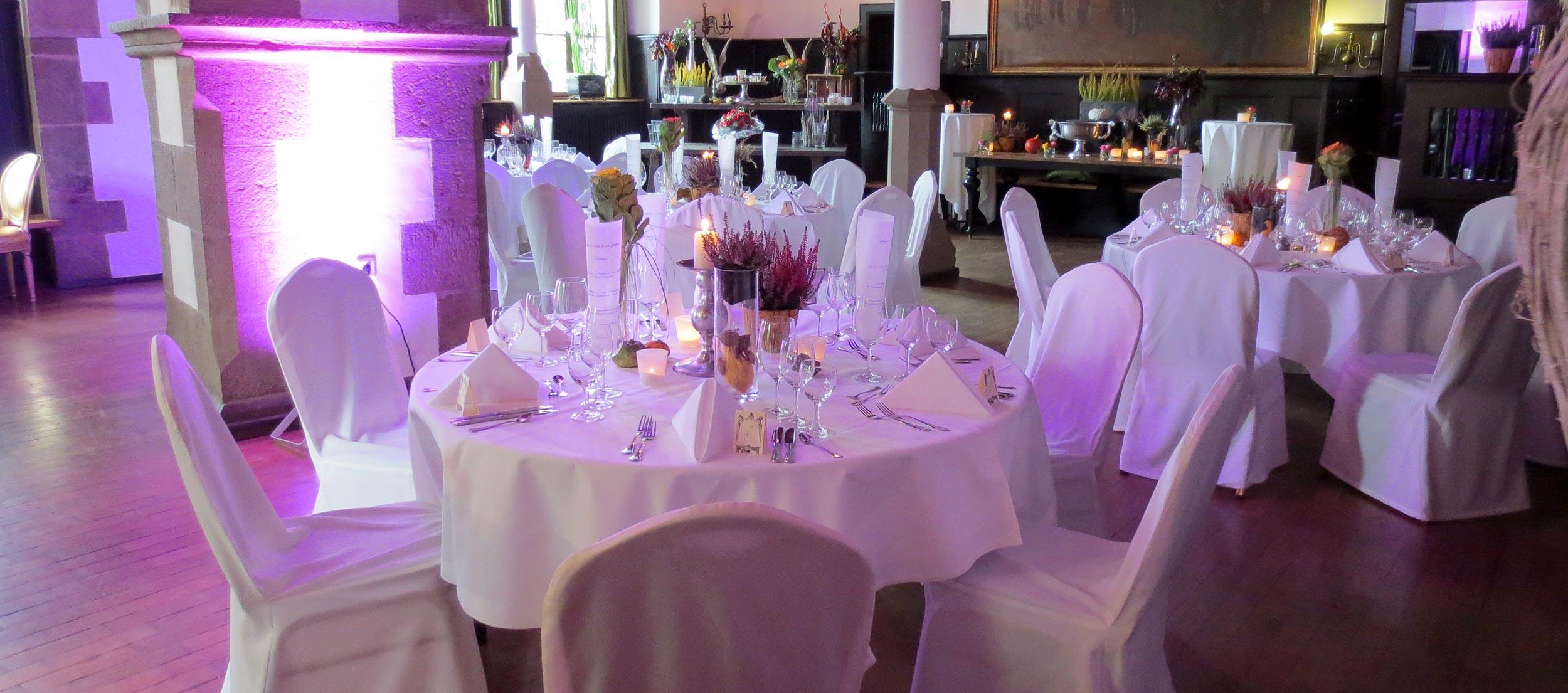 Stilvolle Beleuchtung und Tischdekoration für eine Hochzeit auf Schloss Burg.