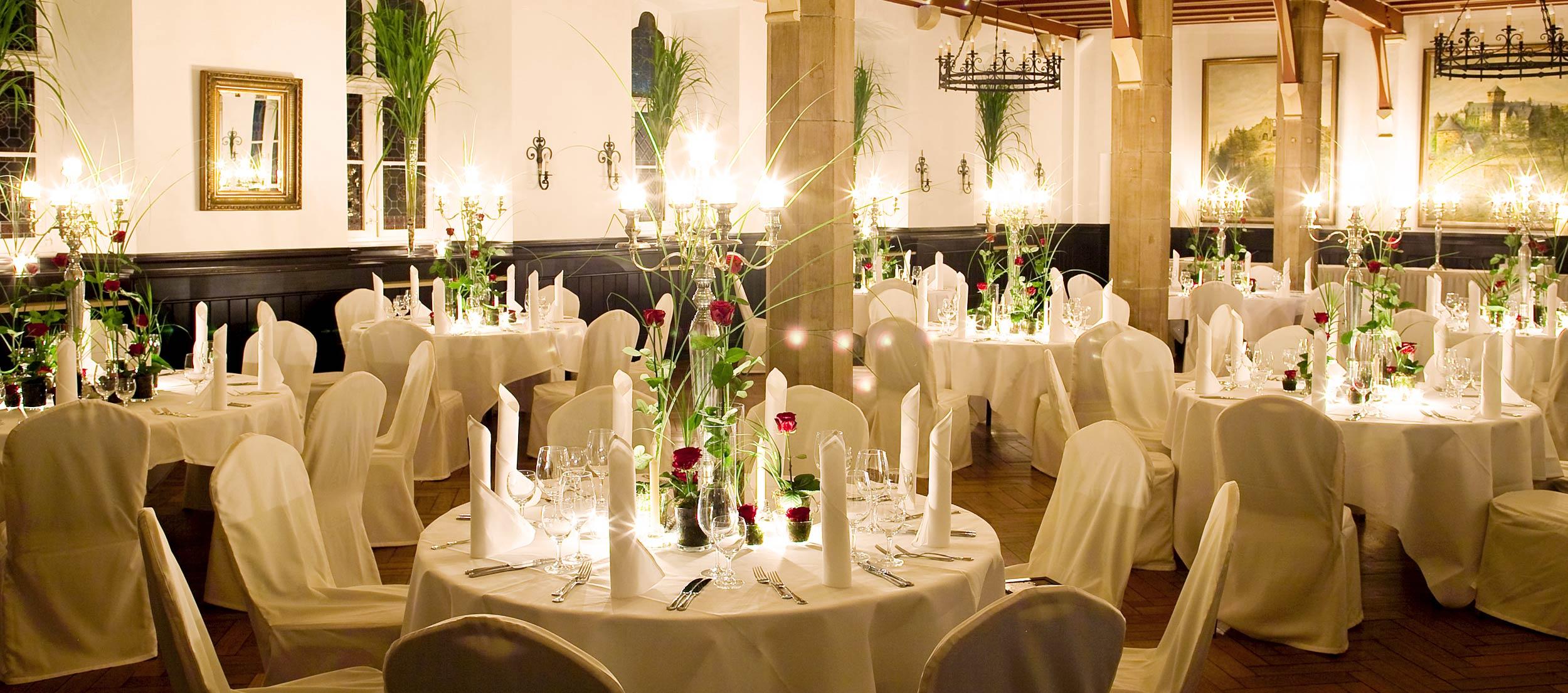 Stilvolle Tischdekoration für eine Hochzeit auf Schloss Burg.